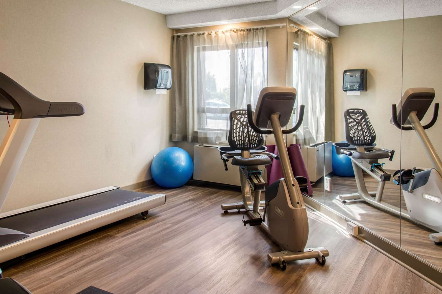 Fitness/ Exercise Room - Comfort Inn Montreal Airport Dorval