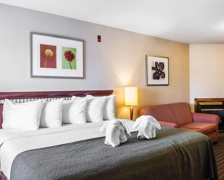 Room - Quality Inn & Suites 1000 Islands Gananoque