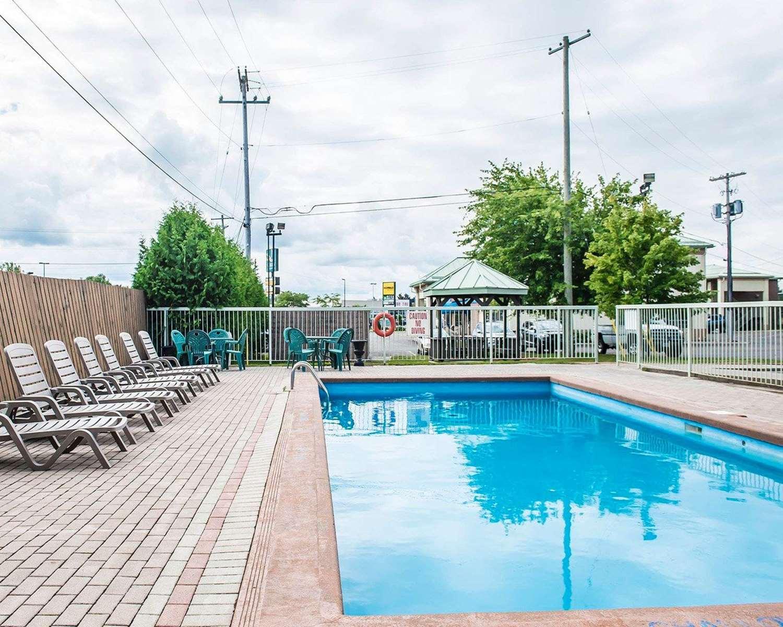 Pool - Quality Inn & Suites 1000 Islands Gananoque