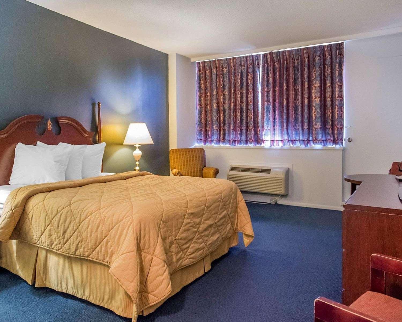 Room - Econo Lodge Smiths Falls