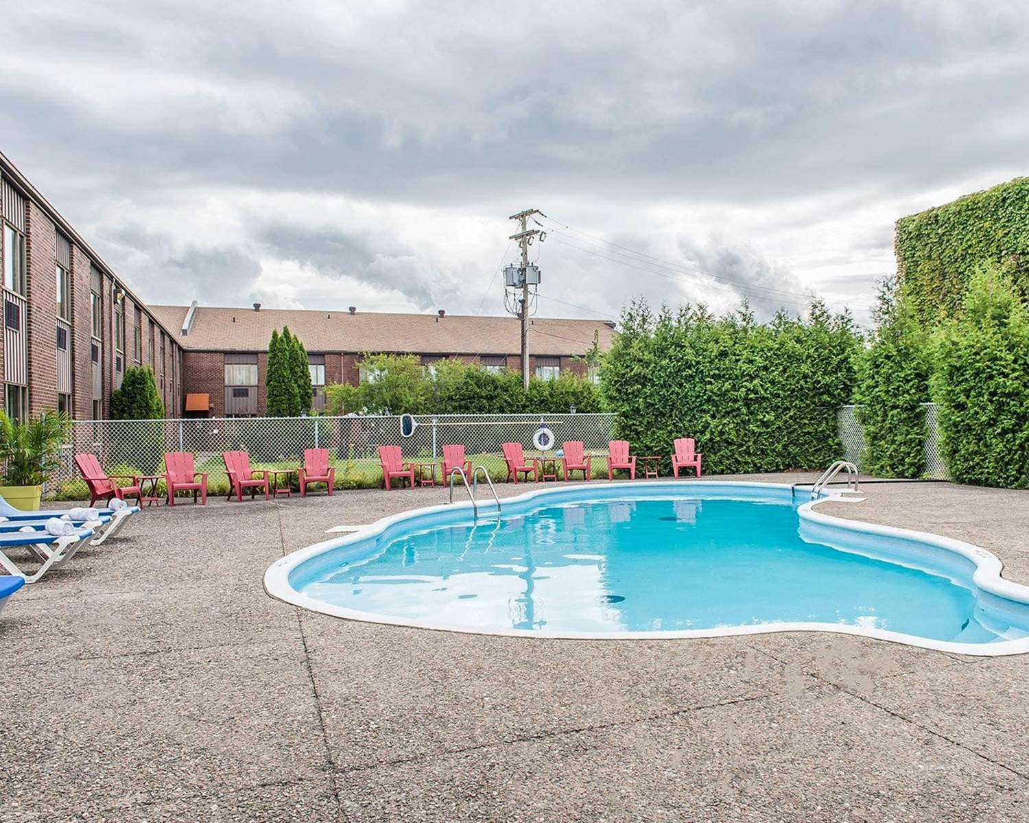 Pool - Quality Inn & Suites Gatineau