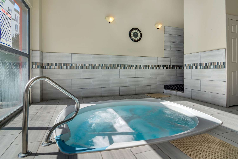 Pool - Quality Inn Kamloops