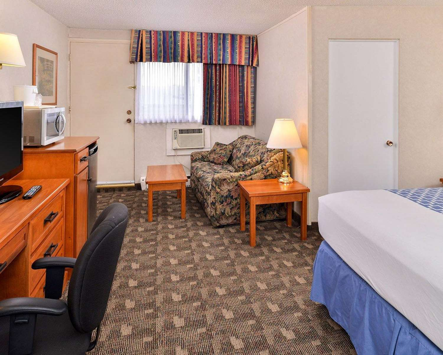 Room - Econo Lodge Village Calgary