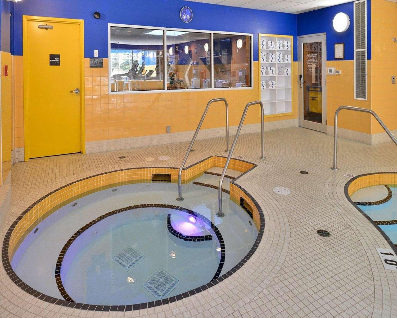 Pool - Econo Lodge Inn & Suites University Calgary