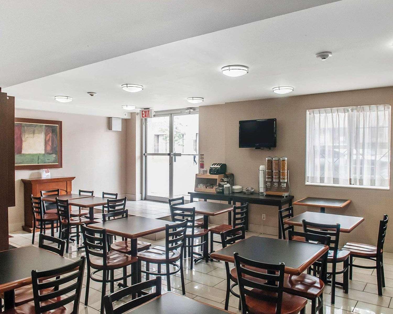 Restaurant - Econo Lodge Inn & Suites Toronto