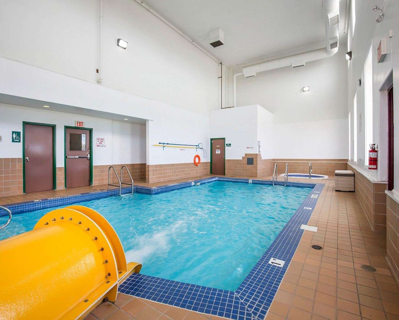 Pool - Quality Inn & Suites Lethbridge
