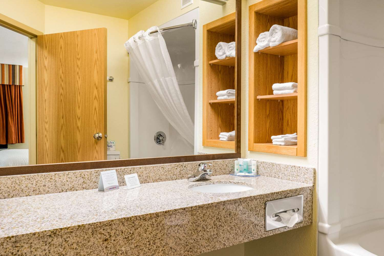 Room - Quality Inn Winkler