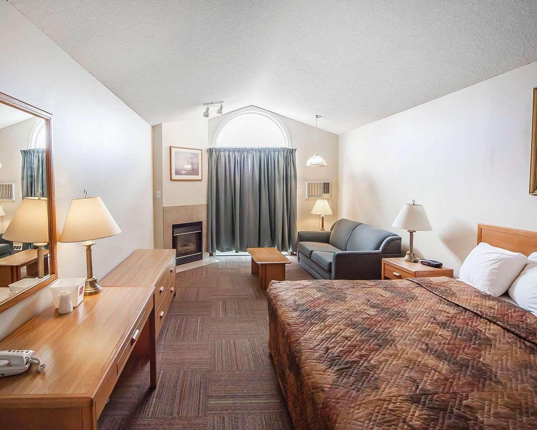 Room - Econo Lodge & Suites Hinton