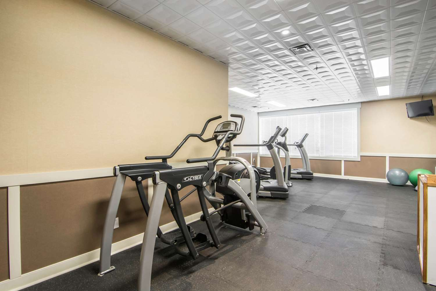 Fitness/ Exercise Room - Quality Hotel Drumheller