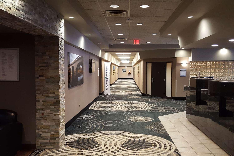 Lobby - Clarion Hotel & Suites Brandon