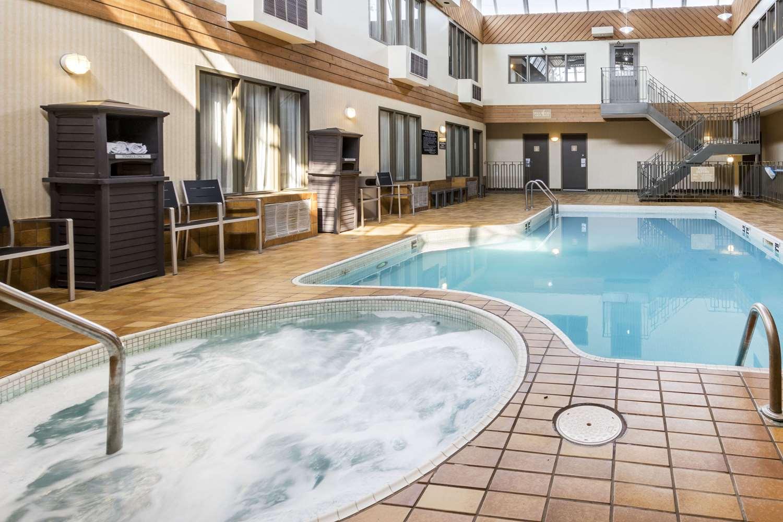 Pool - Quality Inn Medicine Hat