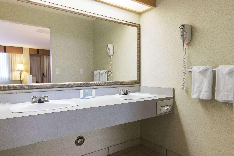 Room - Quality Inn Medicine Hat