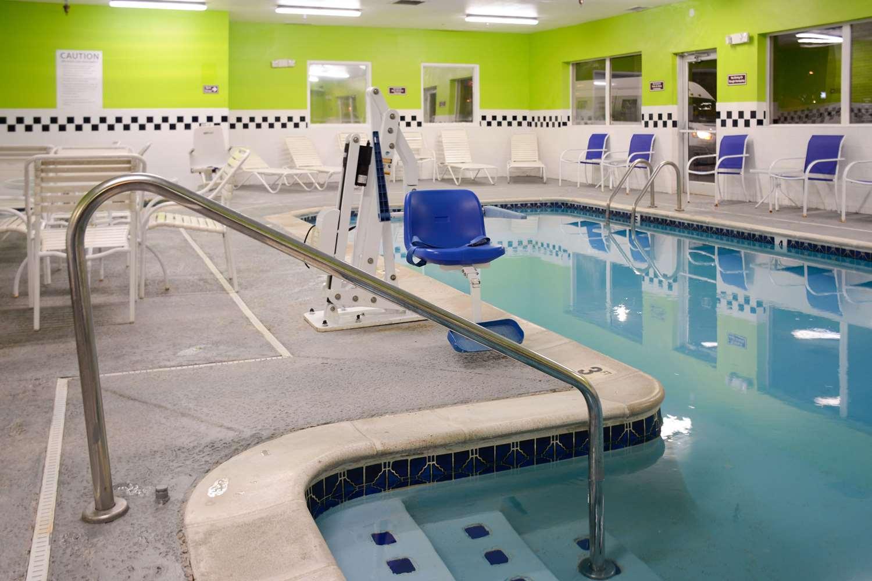 Pool - Quality Inn & Suites Denver Airport Aurora