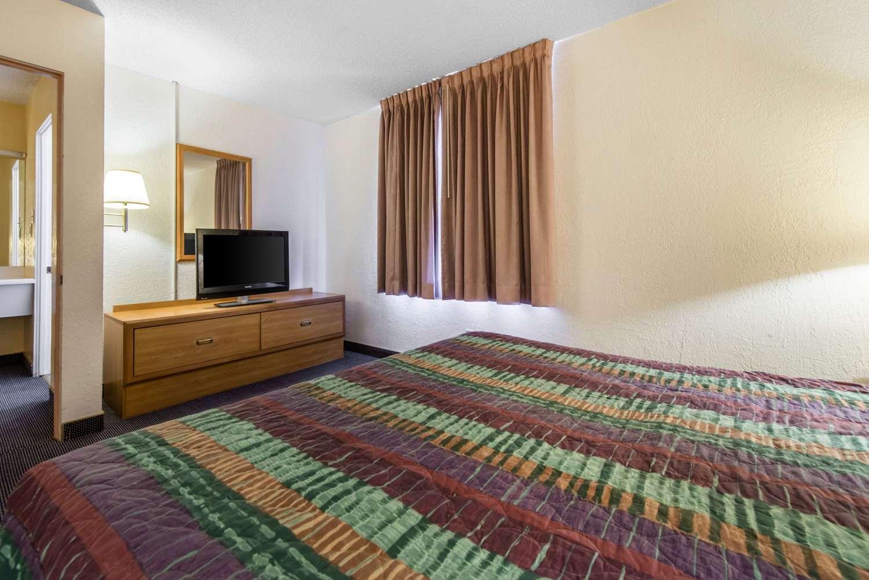 Room - Rodeway Inn & Suites Colorado Springs