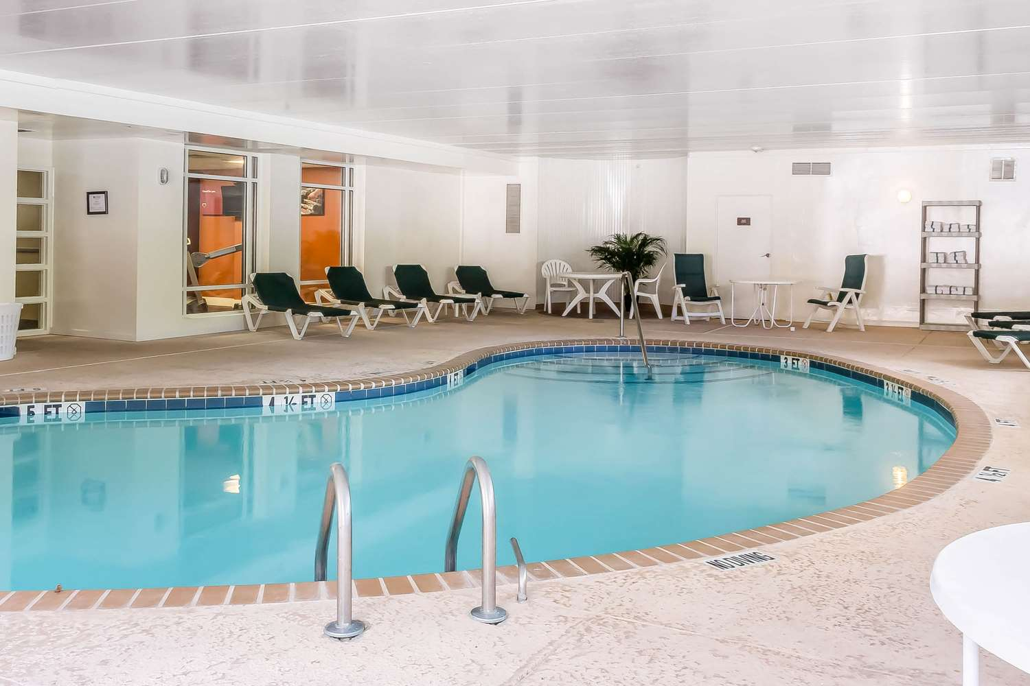 Pool - Comfort Inn & Suites Norwich