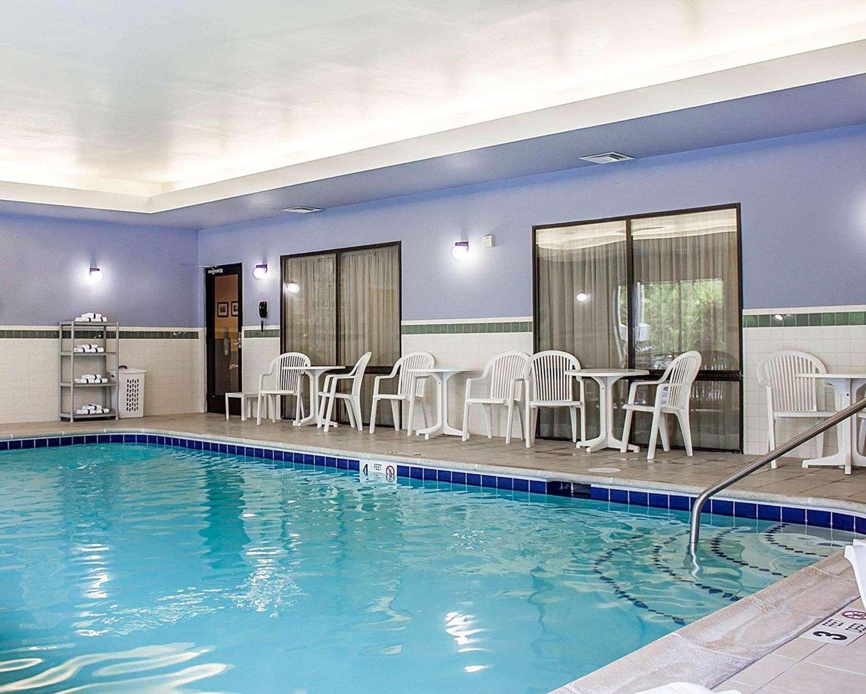 Pool - Comfort Suites Southington