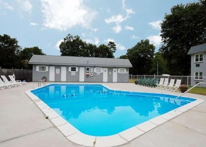 Pool - Econo Lodge Inn & Suites Windsor Locks