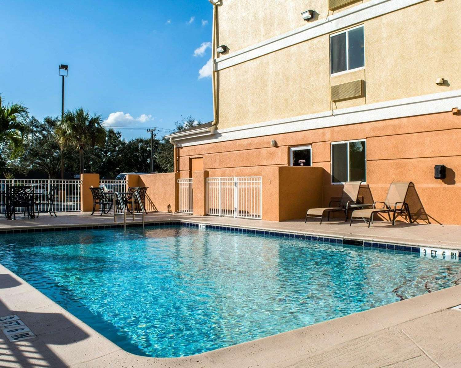 Pool - Comfort Inn Boatways Road Fort Myers