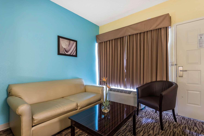 Room - Quality Suites Deerfield Beach