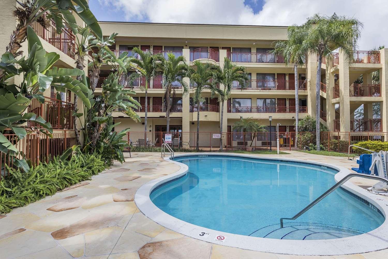 Pool - Quality Suites Deerfield Beach