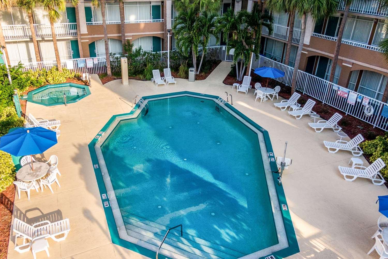 Pool - Quality Inn & Suites Universal Studios Orlando
