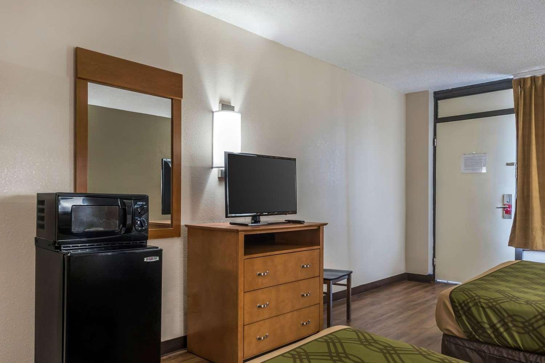 Room - Econo Lodge Live Oak