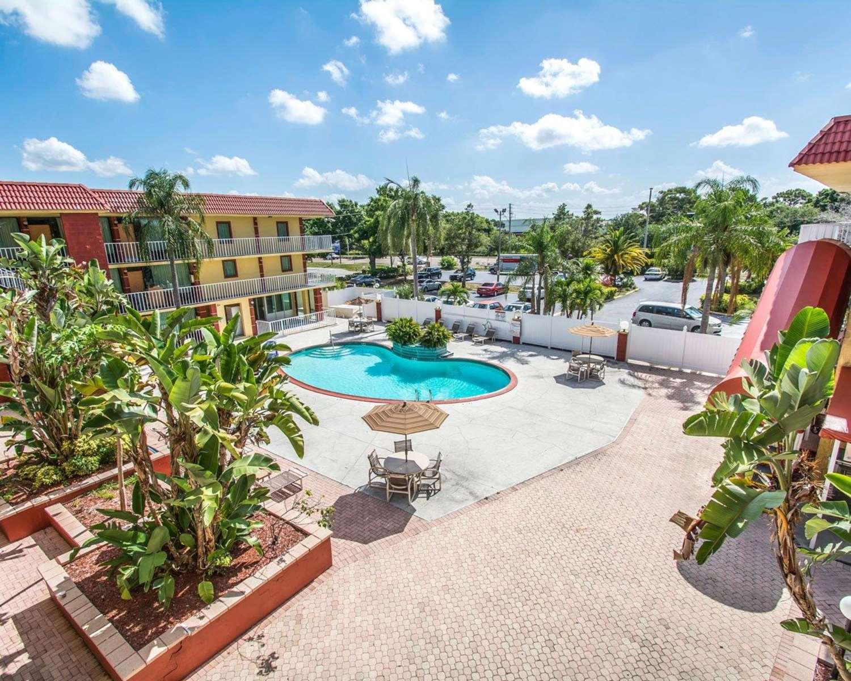 Pool - Quality Inn & Suites Kenwood St Petersburg