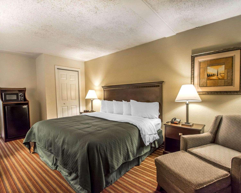 Room - Quality Inn & Suites Kenwood St Petersburg