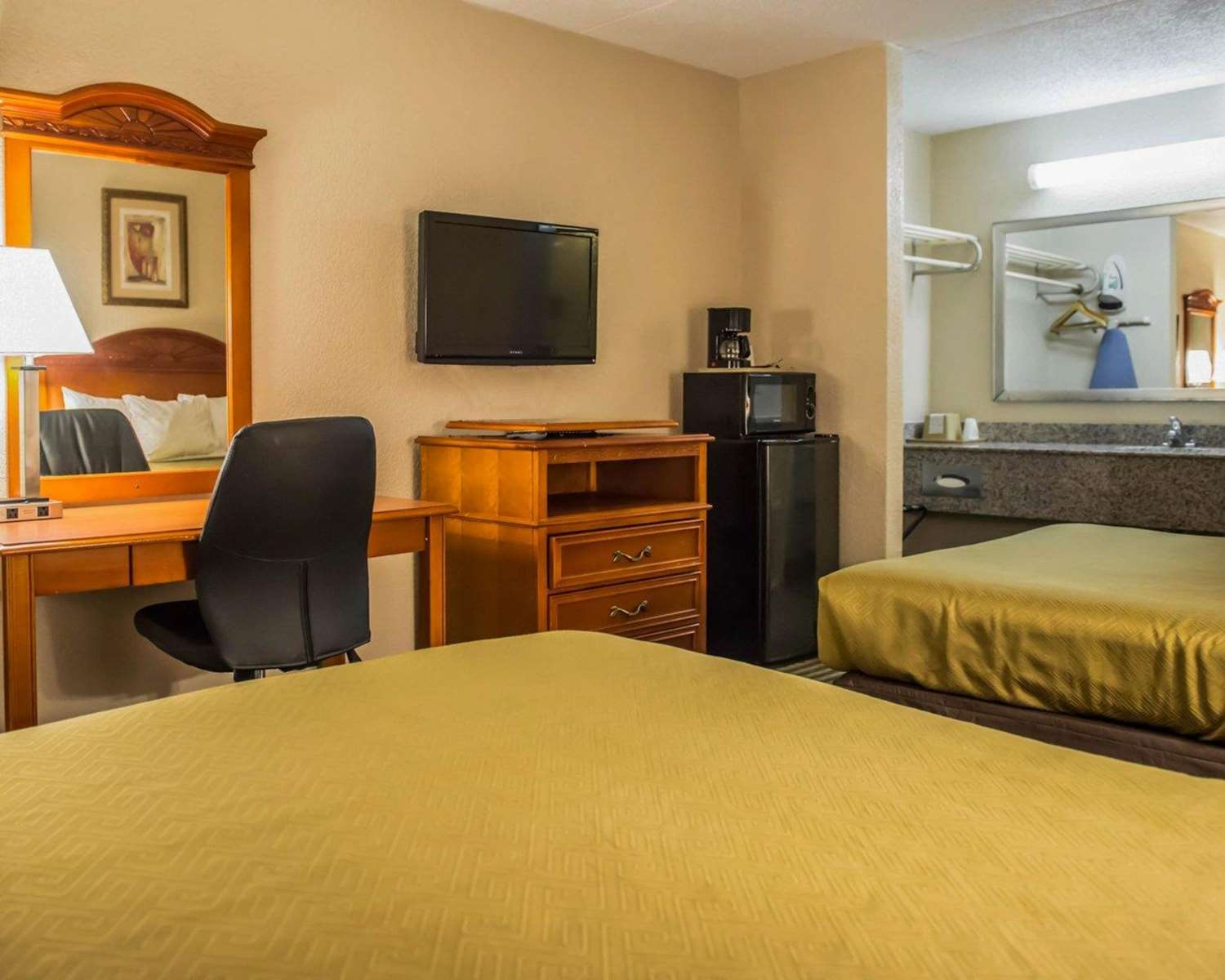 Room - Econo Lodge Panama City