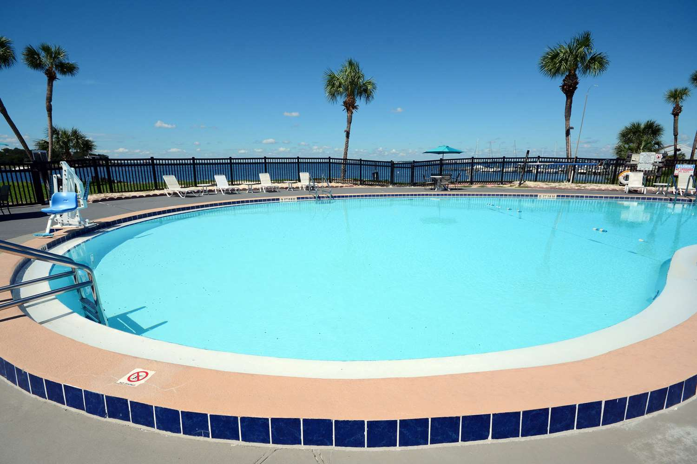 Pool - Quality Inn & Suites Gulf Breeze