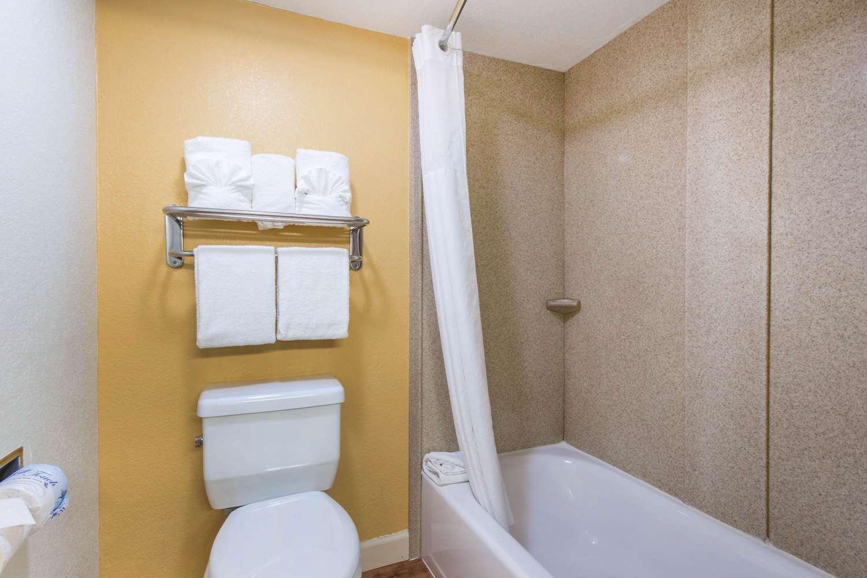 Suite - Quality Inn & Suites at Universal Studios Orlando