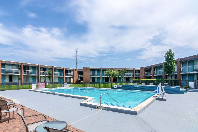Pool - Quality Inn & Suites Airport Pensacola