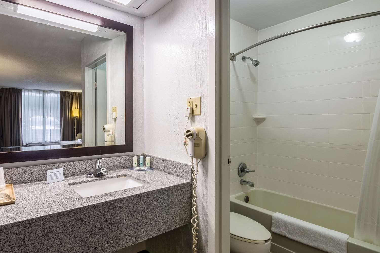 Room - Quality Inn & Suites Airport Pensacola