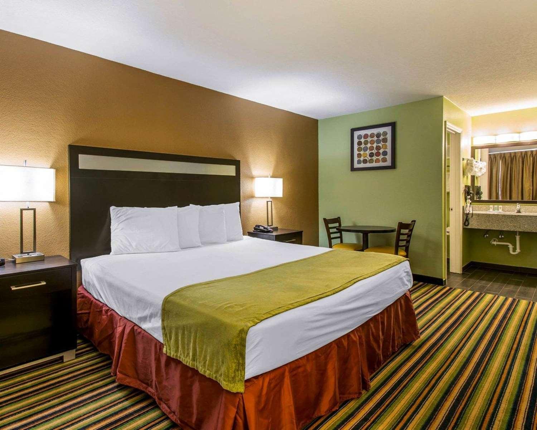 Room - Quality Inn Maingate South Davenport
