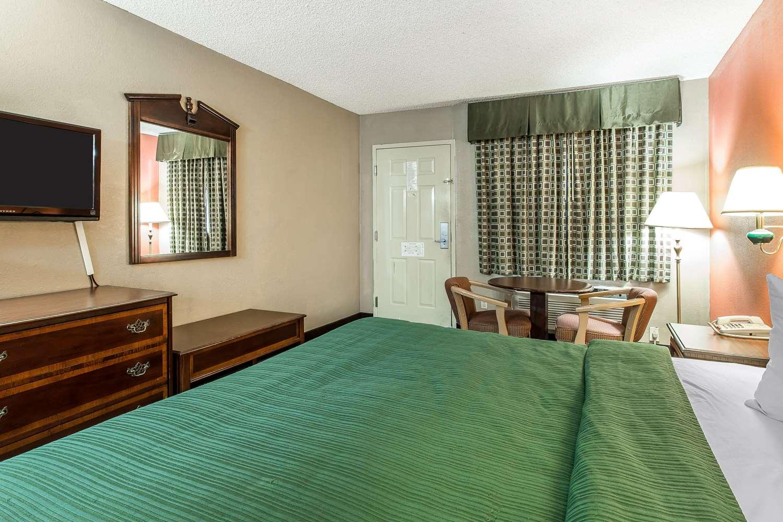 Room - Quality Inn & Suites Macon