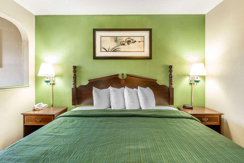Bar - Quality Inn & Suites Macon