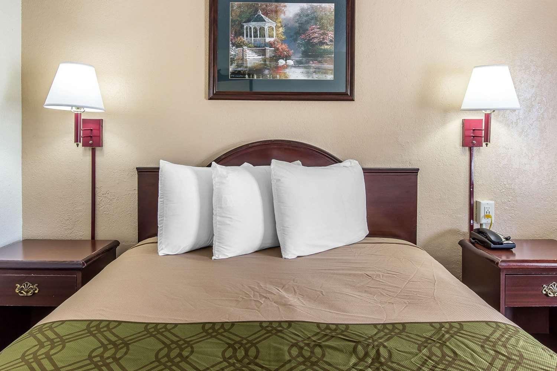 Room - Econo Lodge Southside Savannah