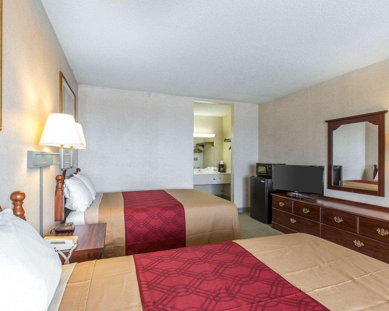 Room - Econo Lodge Calhoun