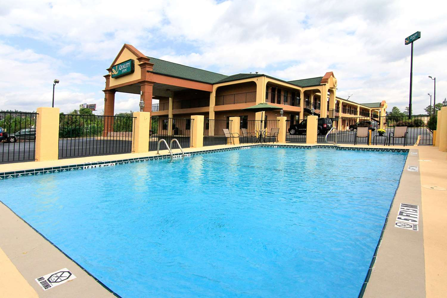 Pool - Quality Inn Adairsville