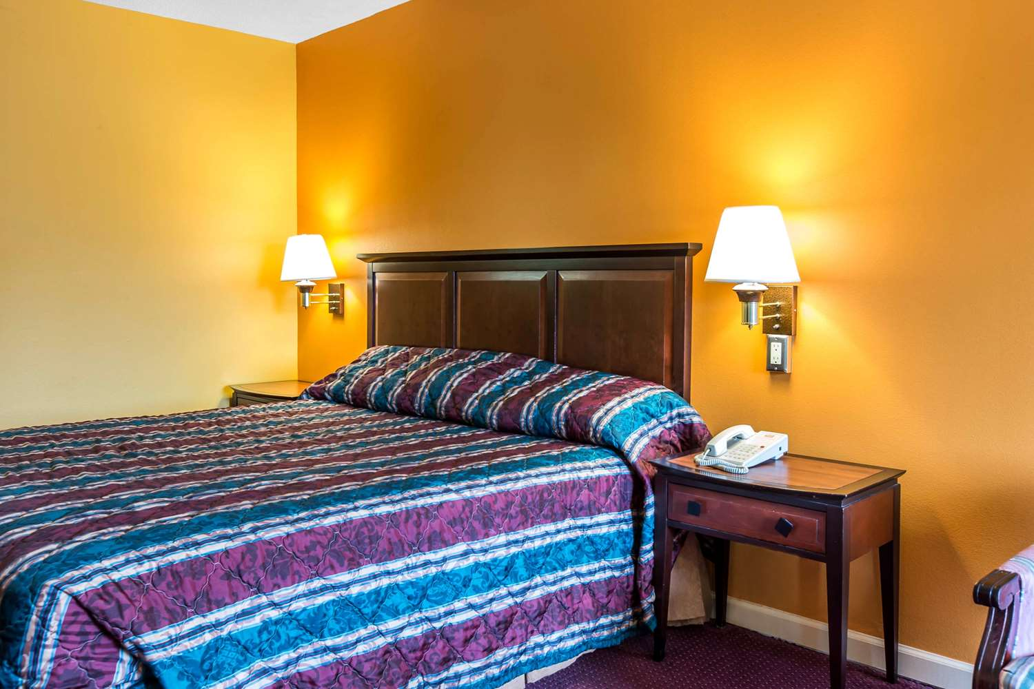 Room - Econo Lodge at Six Flags Austell