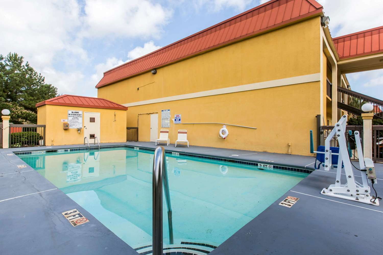 Pool - Econo Lodge Stockbridge