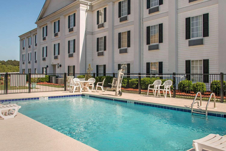 Pool - Quality Inn Pooler