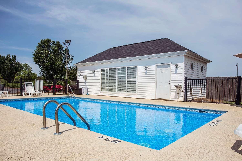 Pool - Quality Inn Waynesboro