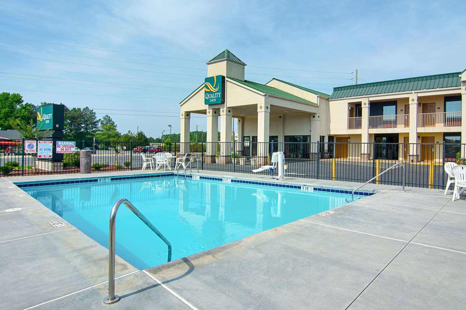 Pool - Quality Inn Calhoun