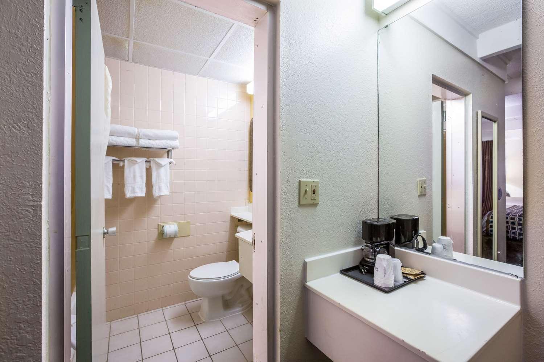 Room - Rodeway Inn Macon