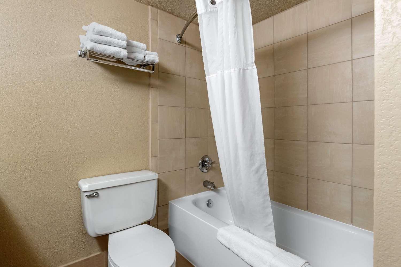 Room - Quality Inn & Suites Des Moines