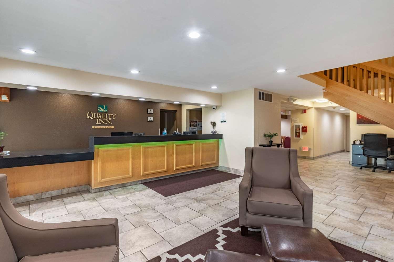 Lobby - Quality Inn Newton
