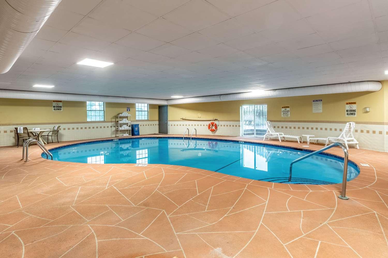 Pool - Quality Inn Newton
