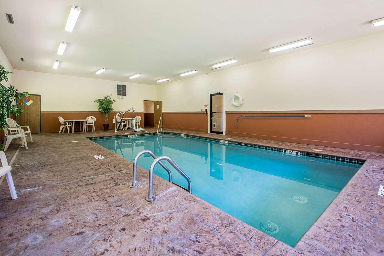 Pool - Quality Inn & Suites Decorah