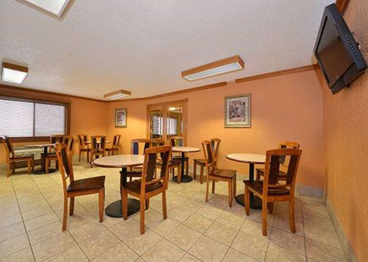 Restaurant - Quality Inn & Suites Grinnell